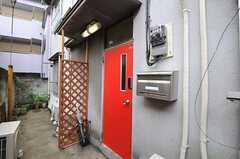 シェアハウスの正面玄関。(2011-03-23,周辺環境,ENTRANCE,1F)