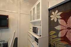 リビングには食器棚とキッチン家電があります。(2011-03-23,共用部,OTHER,1F)