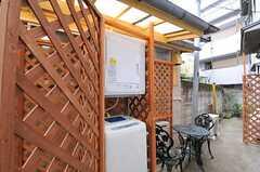 洗濯機と乾燥機は屋外(屋根付き)に設置されています。(2011-03-23,共用部,LAUNDRY,1F)