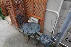 玄関前にはテーブルと椅子があります。(2011-03-23,共用部,OTHER,1F)