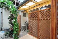 バスルームは離れにあり、アーチの横から出入りします。(2011-03-23,共用部,OTHER,1F)