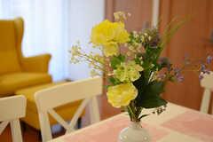 ダイニングテーブルには造花が飾られています。(2018-01-16,共用部,LIVINGROOM,2F)