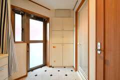 脱衣室の様子。ガラス戸からはベランダに出られます。(2018-01-16,共用部,BATH,2F)