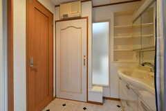 脱衣室の様子2。左手の木のドアがトイレです。(2018-01-16,共用部,BATH,2F)