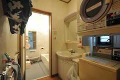 脱衣室に設置された洗面台とコイン式洗濯機・乾燥機の様子。(2014-04-01,共用部,LAUNDRY,1F)