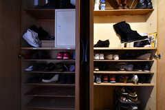 靴箱の様子。専有部ごとに使えるスペースが決まっています。(2018-03-30,周辺環境,ENTRANCE,2F)