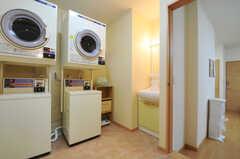 洗濯機、乾燥機、洗面台があります。(2011-05-11,共用部,LAUNDRY,1F)
