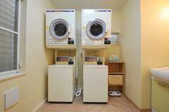 洗濯機、乾燥機の様子。※洗濯機・乾燥機はアップデートされ、無料で使える高年式のものが設置されているとのこと。(2011-05-11,共用部,LAUNDRY,1F)