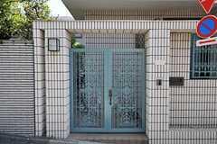 シェアハウスの門扉は素敵な模様。(2011-09-08,周辺環境,ENTRANCE,1F)