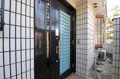 シェアハウスの玄関ドアの様子。(2011-09-08,周辺環境,ENTRANCE,1F)