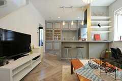 カウンターテーブルの奥にキッチンがあります。(2011-09-08,共用部,LIVINGROOM,1F)