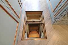 床下収納もあります。何と階段で下りられます。(2011-09-08,共用部,KITCHEN,1F)