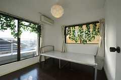 専有部の様子。窓辺の造花で森を表現しているそう。(303号室)(2012-01-06,専有部,ROOM,3F)