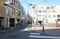 小田急線祖師ヶ谷大蔵駅前の様子。長く商店街が続いています。(2012-01-06,共用部,ENVIRONMENT,1F)
