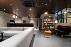 奥に見えるのがキッチンです。(2013-11-07,共用部,LIVINGROOM,1F)