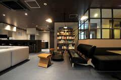 ライブラリースペースが設けられています.(2013-11-07,共用部,LIVINGROOM,1F)