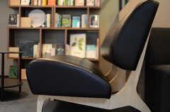 ソファの座面は深く座れる設計。(2013-11-07,共用部,LIVINGROOM,1F)