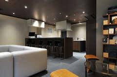 キッチンの手前にはカウンターテーブルが設けられています。(2013-11-07,共用部,LIVINGROOM,1F)