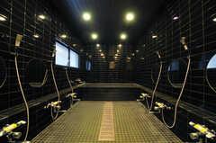男性専用の大浴場。イメージはゴルフのクラブハウスなんだとか。(2013-11-07,共用部,BATH,1F)