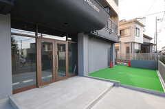 玄関脇にはパター練習場があります。(2013-10-04,共用部,OTHER,1F)