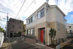 シェアハウスの外観。1Fはオーナー宅ですが、内部で行き来はできない設計です。(2013-10-16,共用部,OUTLOOK,1F)