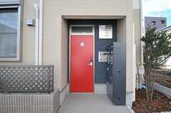 シェアハウスの正面玄関。(2013-10-16,周辺環境,ENTRANCE,1F)