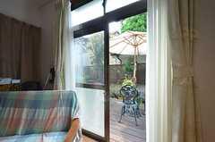 掃き出し窓からはテラスに出られます。(2016-03-30,共用部,LIVINGROOM,1F)