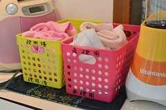 使用したフキンはカゴにいれておくと、管理人さんが洗ってくれます。(2016-03-30,共用部,KITCHEN,1F)