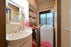 脱衣室の様子。洗濯機と洗面台が設置されています。(2016-03-30,共用部,BATH,1F)