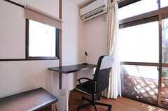 全室にデスクとチェアが用意されています。(101号室)(2014-03-11,専有部,ROOM,1F)