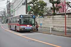 最寄りのバス停までは徒歩1分ほど。(2016-03-30,共用部,ENVIRONMENT,1F)