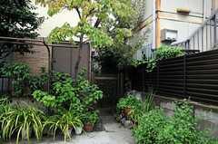 門扉の先を進むと正面玄関です。(2010-09-24,共用部,OTHER,1F)