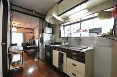 シェアハウスのキッチンの様子。キッチンの対面が専有部です。(2010-09-24,共用部,KITCHEN,2F)