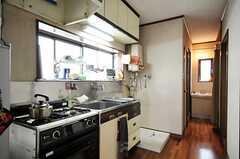 シェアハウスのキッチンの様子2。突き当たりには洗面台があります。(2010-09-24,共用部,KITCHEN,2F)