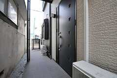 玄関ドアの様子。(2014-03-24,周辺環境,ENTRANCE,1F)