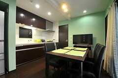 リビングの様子3。キッチンが併設されています。(2014-03-24,共用部,LIVINGROOM,1F)