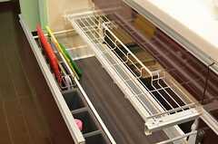 収納棚は中で二段に分かれています。(2014-03-24,共用部,KITCHEN,1F)