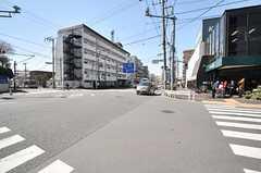 シェアハウス近くの交差点の様子。スーパーがあります。(2014-03-24,共用部,ENVIRONMENT,1F)