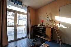 内部から見た玄関周りの様子。(2011-12-13,周辺環境,ENTRANCE,1F)