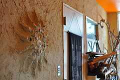 玄関脇には入居者さんがデザインした作品があります。(2012-09-03,共用部,OTHER,1F)
