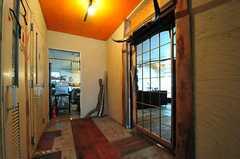 格子状の扉を抜けるとリビングです。廊下の奥にはキッチンがあります。(2012-09-03,共用部,OTHER,1F)