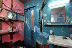 内部から見た女性用トイレの扉の様子。。(2012-09-03,共用部,TOILET,1F)