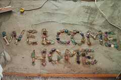 ドミトリー入り口の足元にはメッセージが。(101号室)  (2012-09-03,専有部,ROOM,1F)