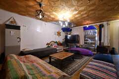 リビングの様子。ベッドサイズのソファがたくさん。(2021-06-08,共用部,LIVINGROOM,1F)