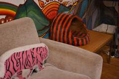 トラのクッションとトラ柄の猫ベッド。2021年6月現在、猫が1匹暮らしています。(2021-06-08,共用部,LIVINGROOM,1F)