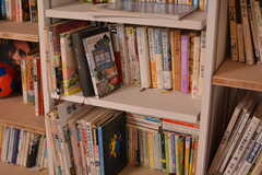 本棚のラインナップは、小説・ビジネス本・漫画など多岐にわたります。(2021-06-08,共用部,LIVINGROOM,1F)
