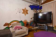 壁のイラストは、事業者さんが運営するシェアハウスの元入居者さんが描いてくれたのだそう。(2021-06-08,共用部,LIVINGROOM,1F)