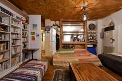 リビングの様子4。正面奥にキッチンがあります。(2021-06-08,共用部,LIVINGROOM,1F)