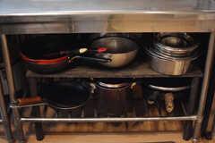 鍋やフライパン類は作業台の下に収納されています。(2021-06-08,共用部,KITCHEN,1F)