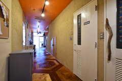 廊下の様子。右手にシャワールームとトイレが並んでいます。(2021-06-08,共用部,OTHER,1F)